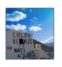 Cielos blancos en nubes azules