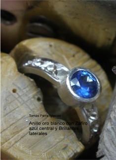 Joyería : Anillo oro blanco con Zafiro azul central y Brillantes laterales